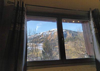 Jolie vue sur la montagne depuis la fenetre du gite Hauteluce