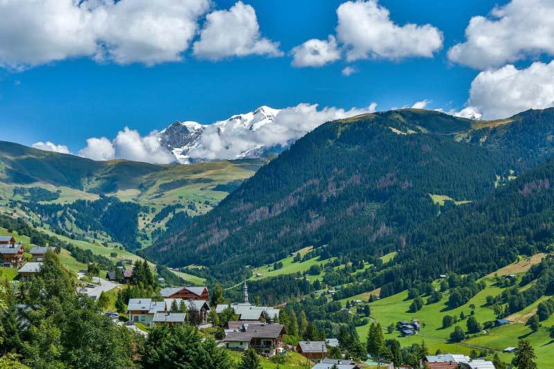 La vallée et le village d'Hauteluce avec le Mont Blanc en toile de fond