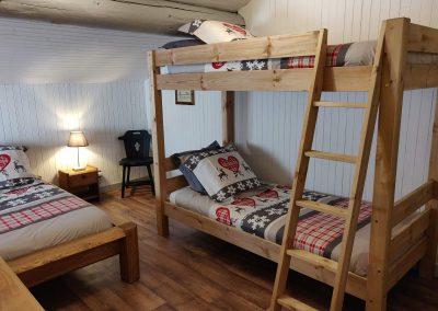 Le lit superposé dans la grande chambre