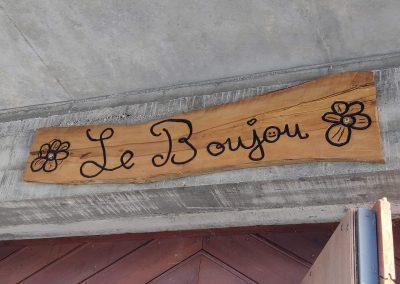 Le Boujou plaque en bois gravée